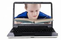 Kind dicht op beeldscherm